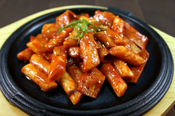 Instructions on how to make tokbokki with cold rice at home with a simple recipe