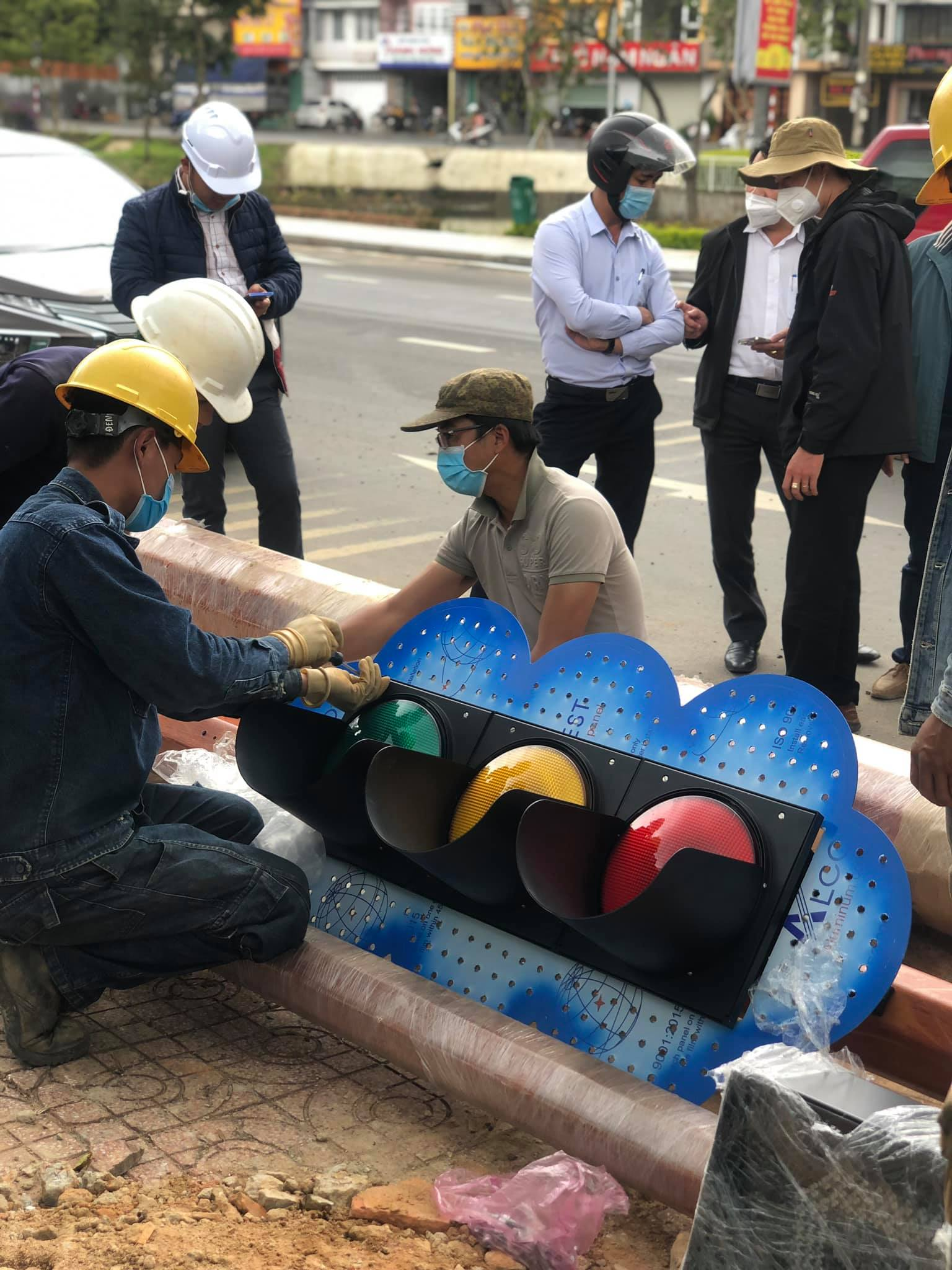 Preparing to erect the second traffic light pole in Da Lat.  Photo: Nguyen Quynh Thanh Truc
